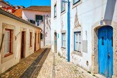 Calle antigua de la ciudad vieja de Lisboa Foto de archivo