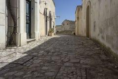 Calle antigua de los guijarros en el distrito histórico de Matera Sassi Fotos de archivo