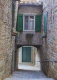 Calle antigua del pueblo Imagen de archivo libre de regalías
