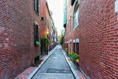 Calle apretada en la vecindad Boston céntrica de Beacon Hill en el mA fotografía de archivo