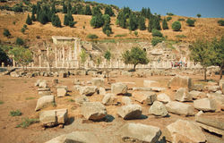 Calle arruinada de la ciudad antigua Ephesus con las paredes y las columnas quebradas, Turquía Fotos de archivo libres de regalías