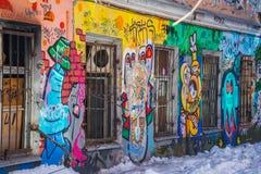 Calle-arte en las paredes de la casa abandonada foto de archivo