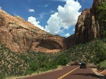 Calle asombrosa entre las montañas Imagen de archivo