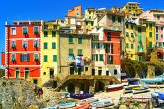 Calle, barcos y casas del pueblo de Riomaggiore Cinque Terre, Ligu Fotografía de archivo libre de regalías