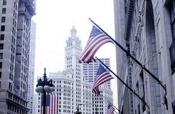Calle céntrica de Chicago con las banderas americanas Imagen de archivo libre de regalías