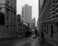 Calle céntrica lluviosa de San Francisco imagenes de archivo