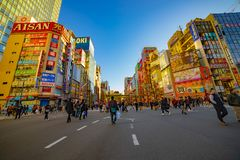 Calle c?ntrica en la ciudad el?ctrica en el tiro ancho diurno de Akihabara Tokio fotografía de archivo libre de regalías