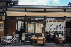 Calle, casa y bici en Matsumoto Japón Fotos de archivo libres de regalías