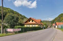 Calle central en el pueblo de Sklene Teplice, Eslovaquia Foto de archivo libre de regalías