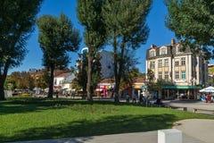 Calle central en la ciudad de Pleven, Bulgaria imagen de archivo