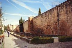 Calle cerca de la ciudad vieja en Córdoba, España Imagen de archivo libre de regalías