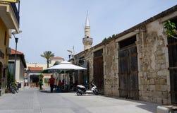 Calle cerca de la mezquita en cuarto turco medieval de Limassol viejo Foto de archivo
