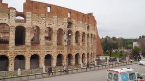 Calle cerca del Colosseum en Roma almacen de video