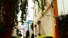 Calle cerca del puerto en Puerto de Mogan, Canarias almacen de video