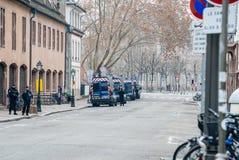 Calle cerrada con las furgonetas de policía y el oficial de policía en Estrasburgo fotografía de archivo
