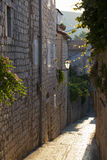 Calle Cobbled en la ciudad de Rab imagen de archivo libre de regalías