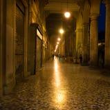 Calle cobbled iluminada en Roma, Italia fotografía de archivo