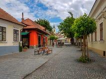 Calle cobbled típica de la pequeña ciudad encantadora Szentendre imagen de archivo libre de regalías