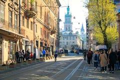 Calle cobbled vieja con las pistas de la tranv?a en el centro de la ciudad de Lviv, Ucrania fotografía de archivo