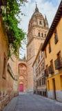Calle colorida con la nueva catedral de Salamanca en el fondo fotografía de archivo