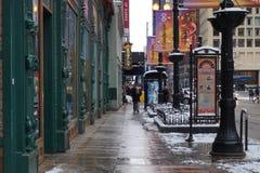 Calle colorida de Chicago con las muestras del teatro y las lámparas de calle imagen de archivo