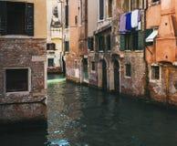 Calle colorida en Venecia fotos de archivo libres de regalías