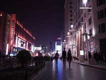 Calle comercial de Wangfujing en la noche almacen de video