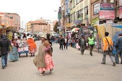 Calle comercial en El Alto, La Paz, Altiplano en Bolivia Fotos de archivo