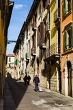 Calle con caminar peatonal, Italia de Verona Foto de archivo libre de regalías