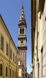 Calle con el campanario de la iglesia de monasterio, Alejandría, Italia imágenes de archivo libres de regalías