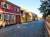 Calle con la casa vieja, Koege Dinamarca Foto de archivo libre de regalías