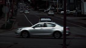 Calle con la conducción de automóviles y coches en el lado del camino imagenes de archivo