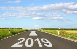 2019 - calle con la flecha y el año - el futuro fotos de archivo