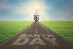 Calle con la lámpara y el texto del Día de la Tierra Foto de archivo libre de regalías