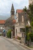 Calle con la muestra del hotel en la ciudad vieja de Montenegro Foto de archivo libre de regalías