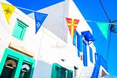 Calle con las banderas coloridas en Mykonos, Grecia Imagen de archivo libre de regalías