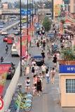 Calle con las banderas del anuncio, Pekín, China Fotos de archivo