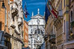 Calle con las banderas en Venecia, Italia Imagen de archivo libre de regalías