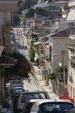 Calle con las casas bajas, que se colocan firmemente el uno al otro, pavimentadas Foto de archivo libre de regalías