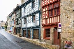Calle con las casas de entramado de madera viejas en Treguier fotografía de archivo libre de regalías