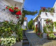 Calle con las casas de madera blancas en Stavanger noruega Imagenes de archivo
