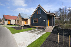Calle con las casas de madera de las vacaciones en Reeuwijk Foto de archivo
