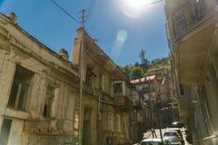 Calle con las casas lamentables en el viejo centro de ciudad Tbilisi, Georgia Imagen de archivo libre de regalías