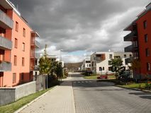 Calle con las casas modernas - vida moderna Fotos de archivo