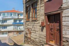 Calle con las casas viejas Estambul Turquía Imagen de archivo