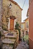 calle con las flores en la ciudad vieja Coaraze en Francia Fotos de archivo libres de regalías