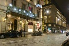 Calle con las luces del tiempo de Navidad, Milán, Italia de Manzoni Fotos de archivo