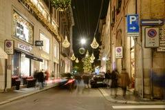 Calle con las luces del tiempo de Navidad, Milán, Italia de Montenapoleone Fotos de archivo libres de regalías