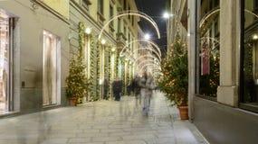 Calle con las luces del tiempo de Navidad, Milán, Italia de Spiga Fotos de archivo libres de regalías