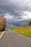 Calle con las nubes oscuras Imagen de archivo libre de regalías